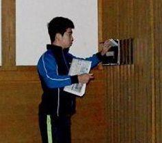 夜明け前から熊日を配達する「新聞少年」の中村架斗さん=17日、玉名市