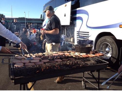 テールゲートパーティーでハンバーガーの肉などを焼くファン=写真提供・小池絵未さん
