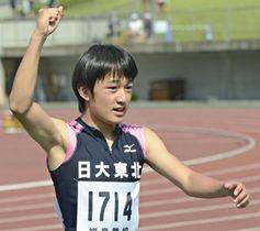 【男子100メートル】21年ぶりに大会記録を塗り替え、右手を突き上げる秋山優希(日大東北)=とうほう・みんなのスタジアム