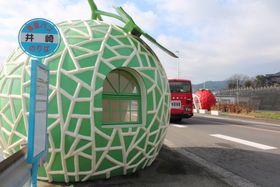外側の模様を塗り替え、色鮮やかになった「フルーツバス停」=諫早市小長井町
