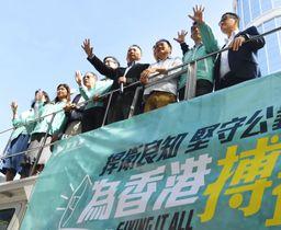 親中派打倒を訴える民主党所属の立法会議員ら=22日、香港(共同)