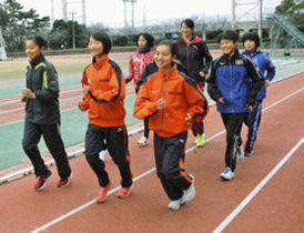 8位以内入賞を目指して調整する選手たち=浜松市中区の四ツ池公園陸上競技場で