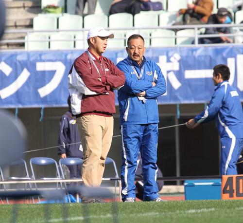 試合前に言葉を交わす関学大の鳥内HC(右)と立命大の米倉HC=撮影:山岡丈士、11月24日、長居陸上競技場