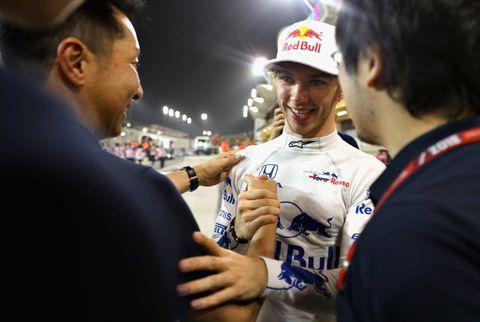 バーレーンGPで4位入賞し、チーム関係者と喜ぶガスリー(右から2人目)=Getty Images/Red Bull Content Pool