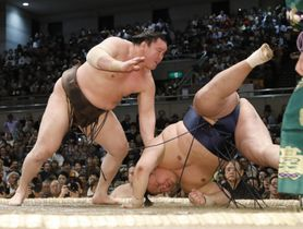 白鵬(左)が突き落としで玉鷲を下す=エディオンアリーナ大阪