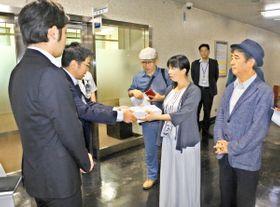 市長あての要望書を提出する中井共同代表(手前右から2人目)ら=横浜市役所