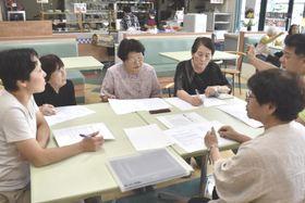 子ども食堂の運営について話し合う来田さん(左端)ら=阿波市阿波町のショッピングプラザアワーズ