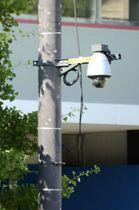 日本武道館近くに設置された防犯カメラ=25日、東京都千代田区