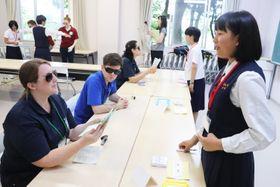 英語のみの出国審査を体験する生徒=諫早市、長崎ウエスレヤン大