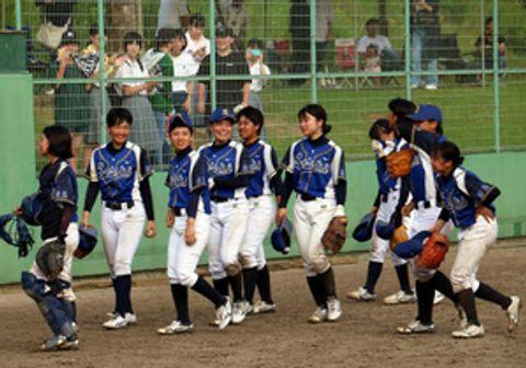 試合終了後、涙や笑顔を見せる佐伯高女子硬式野球部員たち