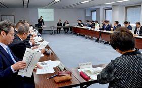 新型コロナウイルス感染症について、専門家の説明を聞く鹿児島県対策会議の参加者=鹿児島県庁