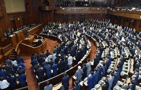 改正航空法を可決、成立させた衆院本会議=13日午後