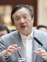 記者会見する中国の通信機器大手、華為技術の任正非CEO=18日、広東省深セン(共同)