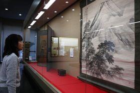 えとの戌など正月にふさわしい品々が並ぶ「新春展」=長崎市歴史民俗資料館