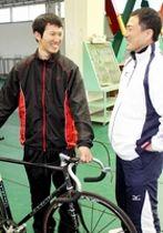 日本競輪学校に合格した脇本勇希(左)。右は市田佳寿浩=福井競輪場