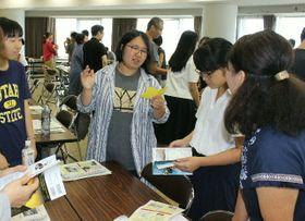 ワークショップで外国人観光客への対応の仕方を確認する参加者=別府市