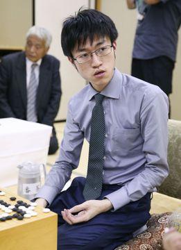 第1局で井山裕太碁聖を破った許家元七段=23日夜、金沢市の北國新聞会館