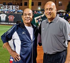 2013年、米国での少年野球大会で交流する衣笠祥雄氏(左)とカル・リプケン氏(Ripken Baseball提供)