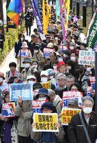 財務省による森友学園問題を巡る決裁文書改ざんに抗議する人たち=13日午後、国会前