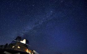 日没後の空に姿を現した天の川。左下は美星天文台=2017年11月18日、岡山県井原市