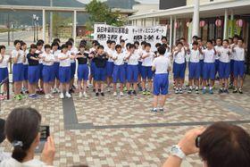 チャリティミニコンサートで歌声を響かせる高田一中の生徒