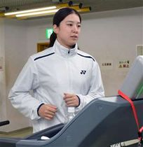 ランニングマシンで走る米元=県スポーツ科学センター