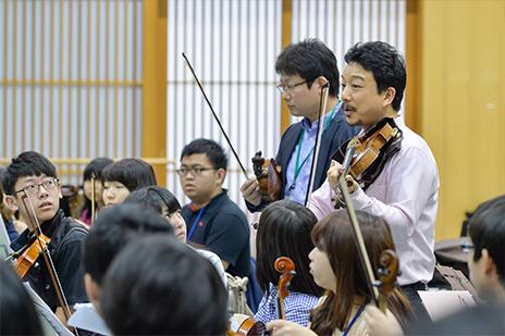 〝ヴァイオリン講師の白井篤氏(NHK交響楽団)はトヨタ青少年オーケストラキャンプ第4期の卒業生