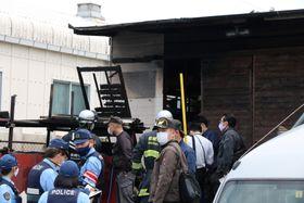 廃材の焼却火により作業場兼倉庫の一部を焼いた火災現場=7日、長崎市牧島町