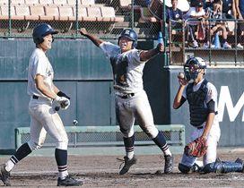 延長十三回裏、サヨナラのホームを踏んで喜ぶ金沢学院の前里=金沢市の県立野球場