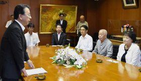 新居浜市の家庭ごみの一部有料化を求める答申を受け取った寺田副市長(左)
