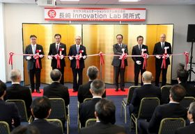 テープカットで開所を祝う京セラの谷本社長(右から3人目)ら=長崎市、クレインハーバー長崎ビル