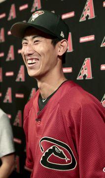 ダイヤモンドバックスとマイナー契約を結び、記者会見で笑顔を見せる吉川峻平投手=スコッツデール(共同)