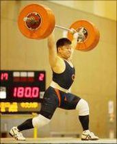 男子85キロ級で優勝した中大の原のジャーク=埼玉県スポーツ総合センター(日本ウエイトリフティング協会提供)