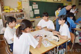 カードゲーム「大炎笑」を体験する生徒たち=越谷市立平方中学校