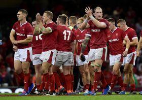 イングランドに勝ち、ファンに向かって拍手するウェールズの選手たち=17日、英カーディフ(ロイター=共同)