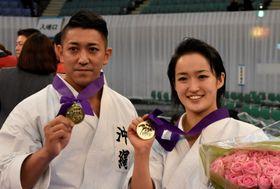 空手の全日本選手権の個人形で優勝しポーズをとる喜友名諒(左)と清水希容=9日、東京・日本武道館