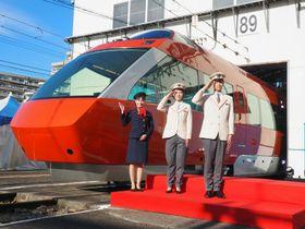 小田急電鉄のロマンスカーGSE70000形と、ロマンスカーの新制服を着た乗務員=2017年12月5日午後、神奈川県相模原市(筆者撮影)