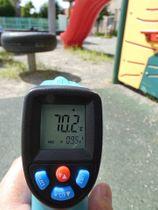 滑り台下のゴム製マットは70.2度を表示した=岐阜市加納愛宕町、愛宕公園