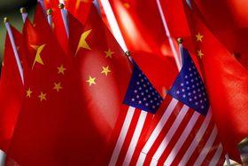 中国旗と米国旗(AP=共同)