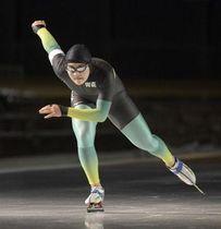 【県スプリントスピードスケート選手権】2種目を安定した滑りで制し、初日の男子総合成績で1位となった橋本芳彦(八戸西)=長根公園スケートリンク