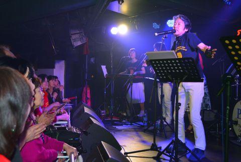 台湾で開いた初のコンサートで歌う瞳みのるさん=16日、台北市(共同)