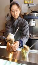 茶葉をふんだんに使ったジェラート=村上市長井町