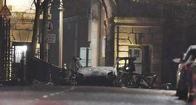 19日、英領北アイルランド・ロンドンデリーで、爆発した車の残骸(ゲッティ=共同)