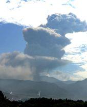 爆発的噴火を起こし噴煙を上げる霧島連山・新燃岳=22日午前9時15分、鹿児島県霧島市から