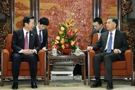 1日、中国の汪洋副首相(手前右)と会談する公明党の山口代表(同左)=北京(共同)