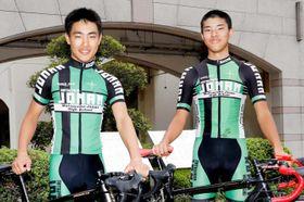 自転車の日本代表に初選出され、ロードレースの国際大会に挑む松山城南高の(左から)北宅柊麻と渡辺涼馬=20日、松山市北久米町