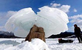 糠平湖上にたたずむ特大の「きのこ氷」(村本典之撮影)