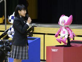 2020年東京パラリンピックの公式マスコット「ソメイティ」のロボットに話しかける児童=18日、東京都品川区