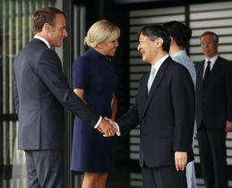 フランスのマクロン大統領夫妻を見送られる天皇陛下=27日午後、宮殿・南車寄