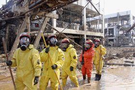 大規模爆発があった化学工場で捜索活動する消防隊員=24日、中国江蘇省塩城市(共同)